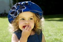 Comendo a morango fotografia de stock royalty free