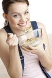 Comendo a mulher imagem de stock royalty free