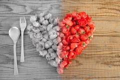 Comendo no amor, um coração feito com rosas vermelhas floresce Imagem de Stock Royalty Free