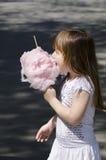 Comendo o algodão doce Foto de Stock Royalty Free
