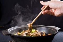 Comendo o alimento chinês Foto de Stock