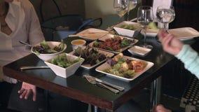 Comendo o alimento chinês delicioso (1 de 1) video estoque