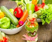 Comendo o alimento saudável, a dieta saudável - vegetais orgânicos no frasco e na bacia Fotografia de Stock Royalty Free