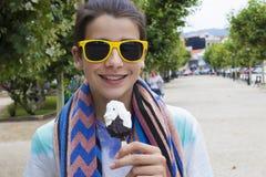 Comendo o ar livre do gelado na rua imagem de stock royalty free