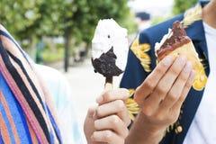 Comendo o ar livre do gelado na rua imagem de stock