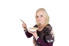 Comendo o arroz com varas Fotos de Stock Royalty Free