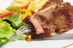 Comendo o bife de T-bone imagens de stock royalty free
