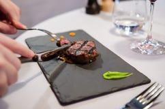 Comendo o bife de Wagyu em um restaurante extravagante foto de stock