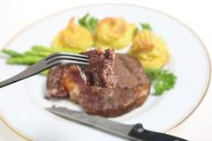 Comendo o bife do ribeye Fotos de Stock Royalty Free
