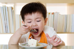 Comendo o bolo Fotos de Stock