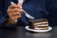 Comendo o bolo de chocolate Imagens de Stock Royalty Free