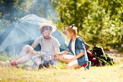 Comendo o chá pela fogueira fotografia de stock royalty free