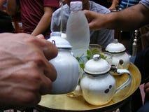 Comendo o chá vermelho árabe em Egito foto de stock