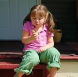 Comendo o cone de Ceam do gelo Imagem de Stock