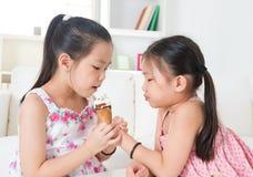 Comendo o cone de gelado Fotos de Stock