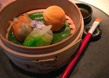 Comendo o dim sum em um restaurante Fotografia de Stock Royalty Free