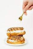 Comendo o eclair. Fotografia de Stock Royalty Free
