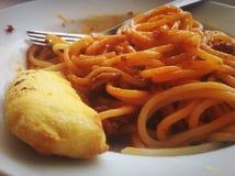 Comendo o espaguete foto de stock