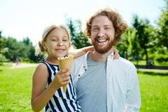 Comendo o gelado foto de stock royalty free