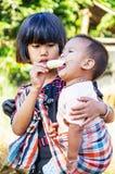 Comendo o gelado Fotos de Stock