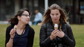 Comendo o gelado em um parque video estoque