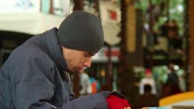 Comendo o homem no restaurante de comida rápida, pobreza, jantar do pobre homem filme