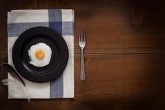Comendo o plano dos ovos fritos coloque a vida imóvel rústica com o alimento à moda Foto de Stock