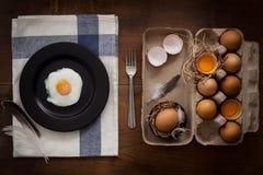 Comendo o plano dos ovos fritos coloque a vida imóvel rústica com o alimento à moda Imagens de Stock