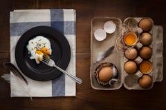 Comendo o plano dos ovos fritos coloque a vida imóvel rústica com o alimento à moda Fotografia de Stock Royalty Free