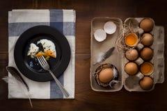 Comendo o plano dos ovos fritos coloque a vida imóvel rústica com o alimento à moda Imagem de Stock Royalty Free