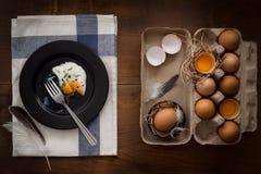 Comendo o plano dos ovos fritos coloque a vida imóvel rústica com o alimento à moda Fotos de Stock Royalty Free