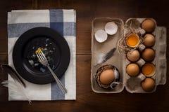 Comendo o plano dos ovos fritos coloque a vida imóvel rústica com o alimento à moda Fotos de Stock