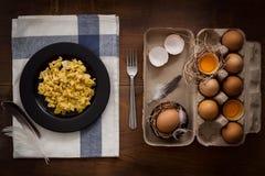 Comendo o plano dos ovos mexidos coloque a vida imóvel rústica com o alimento à moda Imagem de Stock Royalty Free