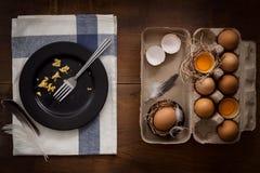 Comendo o plano dos ovos mexidos coloque a vida imóvel rústica com o alimento à moda Imagens de Stock Royalty Free