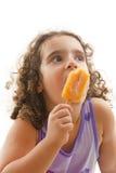 Comendo o Popsicle Fotografia de Stock
