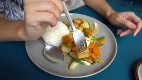 Comendo o prato asiático do Tofu e dos vegetais com arroz vídeos de arquivo