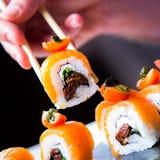 Comendo o sushi Imagem de Stock