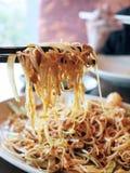 Comendo o vermicelli fritado Imagem de Stock Royalty Free