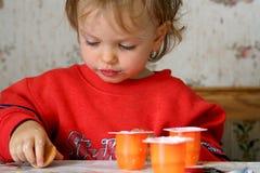 Comendo o yogurt Fotografia de Stock Royalty Free
