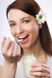 Comendo o yogurt Imagem de Stock Royalty Free