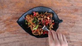 Comendo peixes fritados com nardo e pimentão Alimento tradicional de Tail?ndia Prato tailand?s aut?ntico Vista superior video estoque