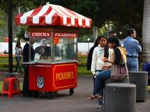 Comendo Picarones em Miraflores, Lima, Peru foto de stock