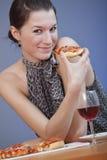 Comendo a pizza Imagens de Stock