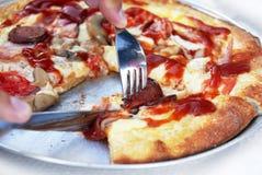 Comendo a pizza Fotos de Stock