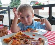 Comendo a pizza fotografia de stock