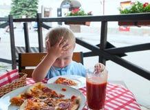Comendo a pizza foto de stock royalty free