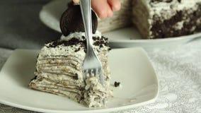 Comendo a receita do bolo do crepe video estoque