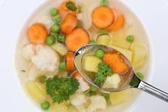 Comendo a refeição da sopa vegetal com os vegetais na colher de cima de Fotos de Stock Royalty Free