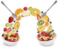 Comendo a salada de fruto na bacia com frutos goste de maçãs, laranjas, ervilha Fotografia de Stock