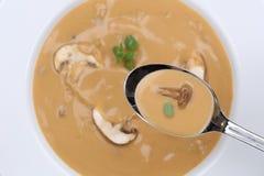 Comendo a sopa de cogumelo com os cogumelos na colher de cima de Imagens de Stock Royalty Free